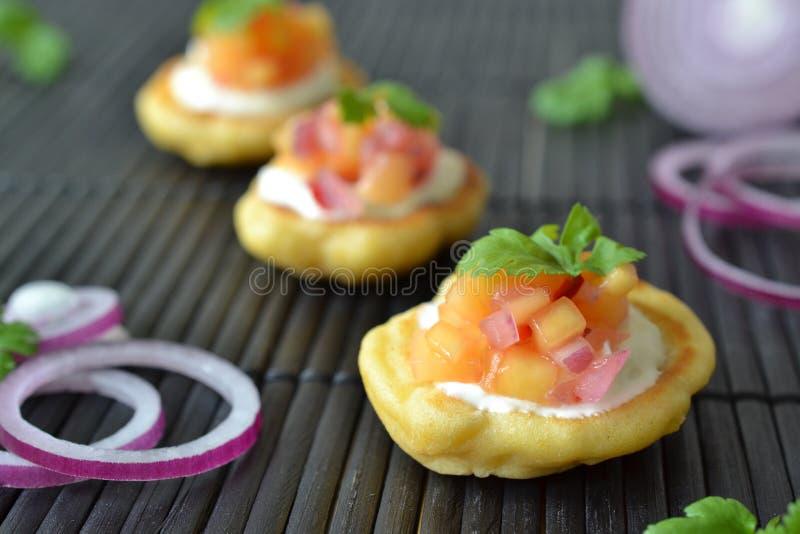 Kukurydzani torty z mangowym salsa fotografia stock