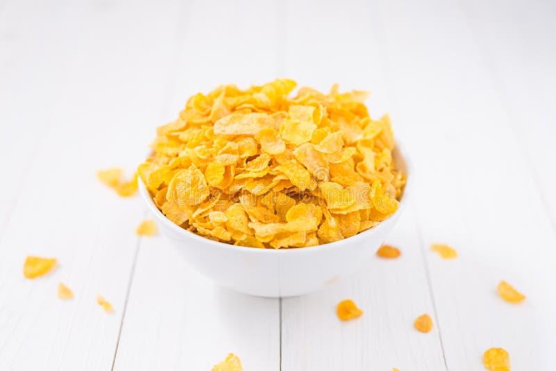 Kukurydzanych płatków puchar na białym drewnianym stole obraz royalty free