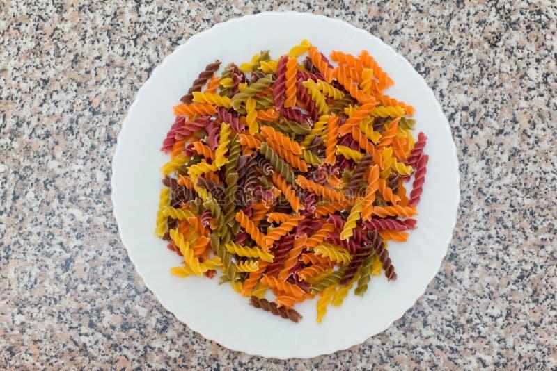 Kulör bakgrund för Fusilli pasta Klassisk italiensk pasta i fet fotografering för bildbyråer
