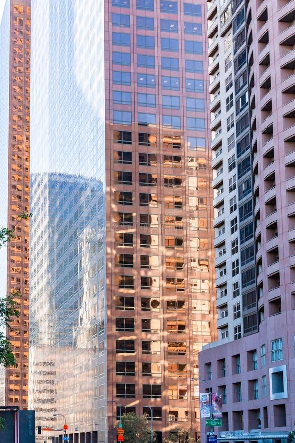 Kulör byggnad reflekterar i LAcentrum royaltyfri bild