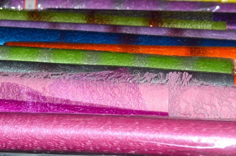 Kulör cellofan och ingrepp för packande blommarosa färger, våldsamt, grönt, rött, blått som är magentafärgade arkivbilder
