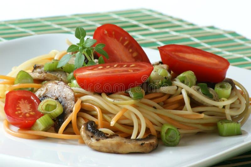 kulör champinjonspagetti royaltyfri fotografi