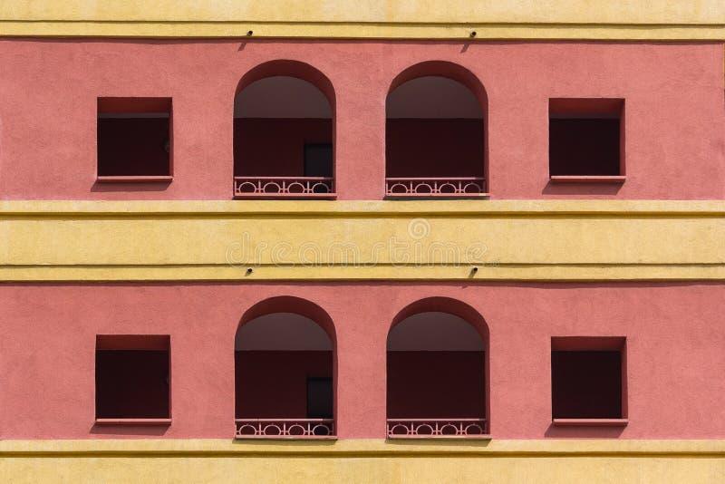 Kulör fasad av byggnaden med en loggia royaltyfri fotografi