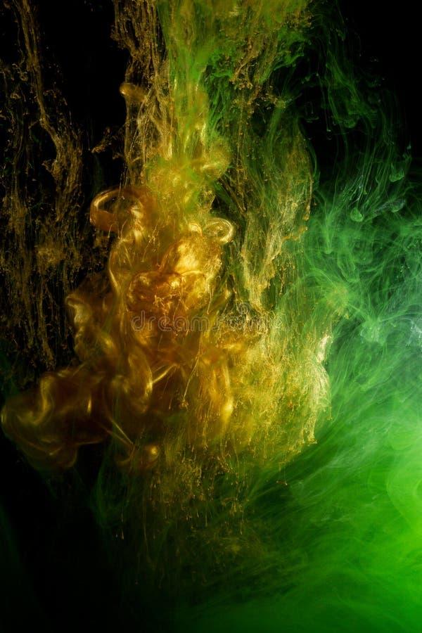 Kulör flytande i vatten fotografering för bildbyråer