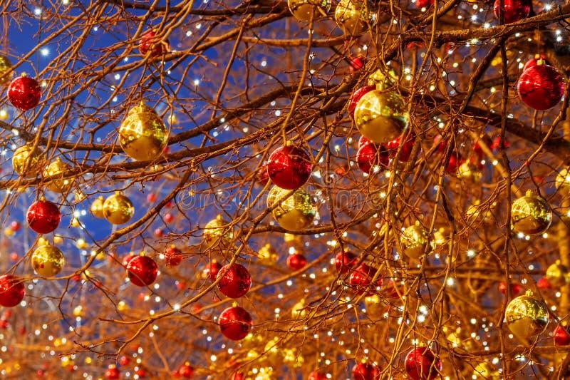 Kulör jul klumpa ihop sig - garnering av gataträd i Moskva arkivbild