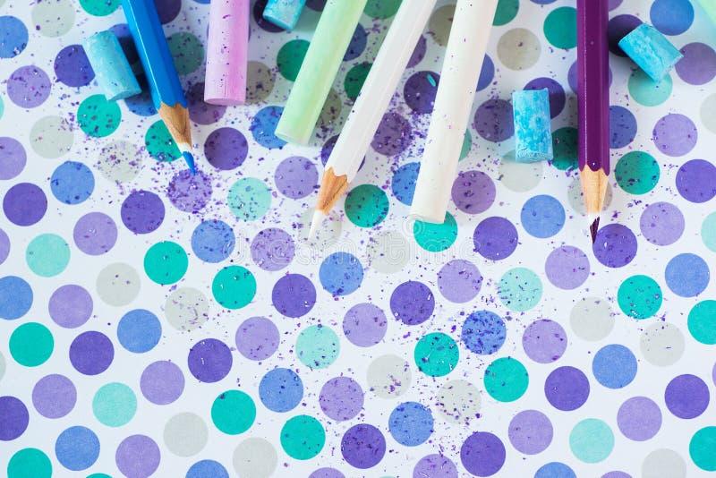 Kulör krita och pancil på den pastellfärgade bakgrunden royaltyfri fotografi
