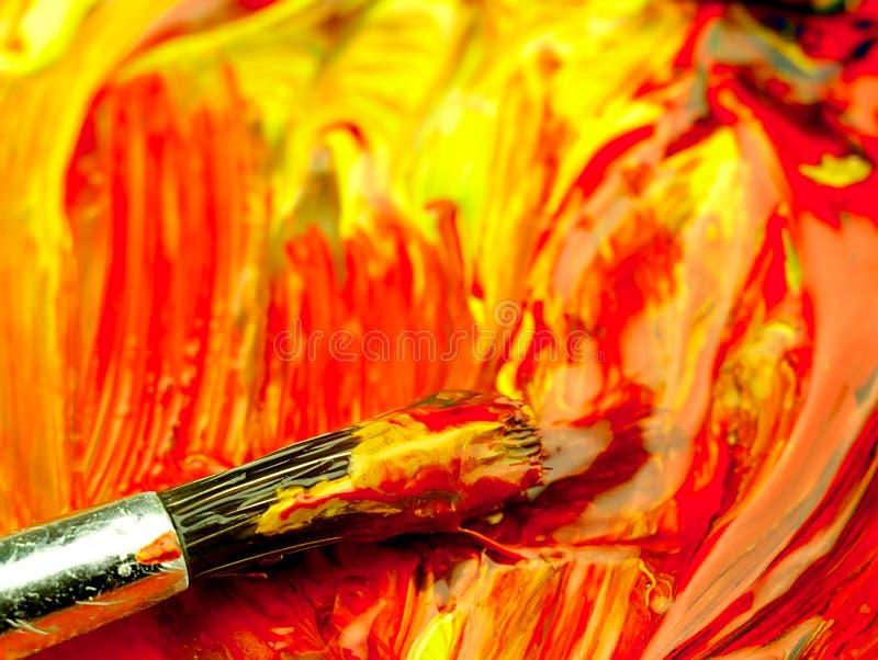 Kulör målarfärg som är blandad på paletten Smutsa ner borsten i förgrunden royaltyfria bilder
