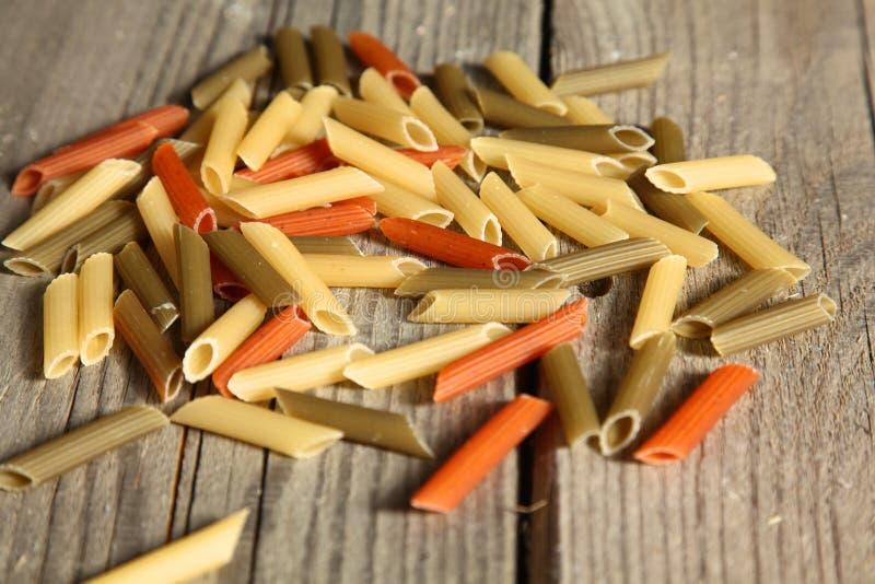 Kulör pasta spridde på tabellen, tappning royaltyfri foto