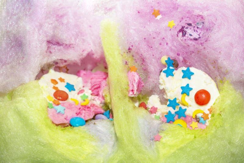 Kulör sockervadd från socker med glass och konfettier av olik former och färg royaltyfri foto