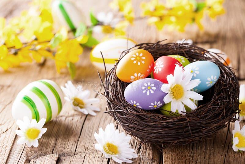 Kulöra ägg för påsk på trä arkivbild