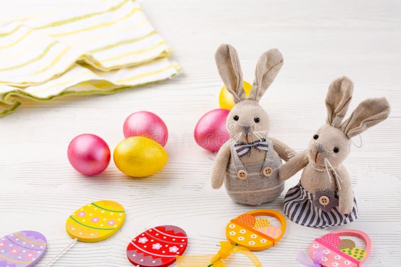 Kul?ra ?gg och kaniner eller hare p? vit tr?bakgrund royaltyfria bilder