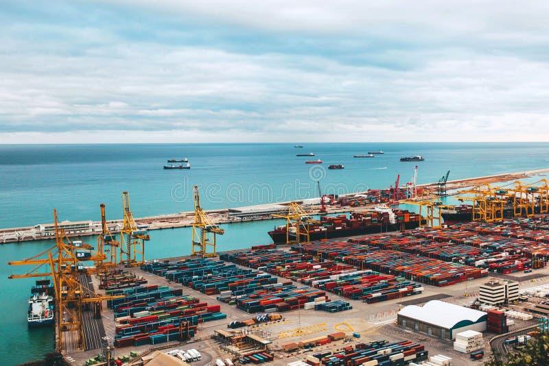Kulöra behållare på bakgrunden av turkoshavet royaltyfria foton