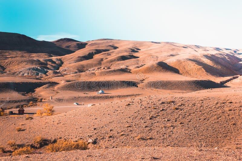 Kulöra berg under den blåa himlen Röda kullar av Kyzyl-hakan, Altai fotografering för bildbyråer