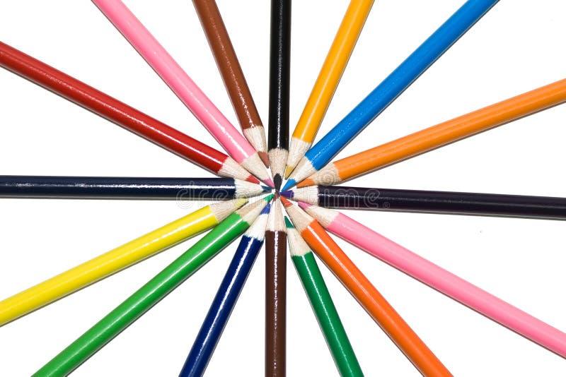 Kulöra blyertspennor i cirkel arkivfoton