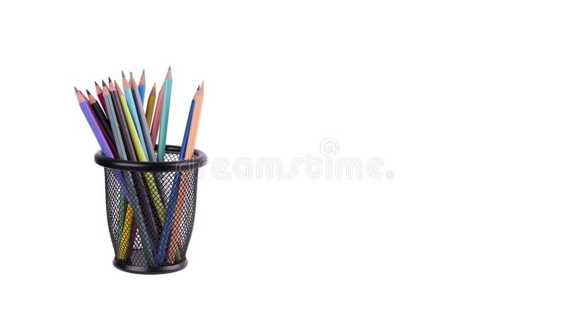 Kulöra blyertspennor i ett blyertspennafall på vit bakgrund royaltyfri bild