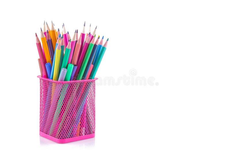 kulöra blyertspennor i ett rosa exponeringsglas på en vit isolerade bakgrund täta tillförsel för kompassprotractorskola upp brevp arkivbilder