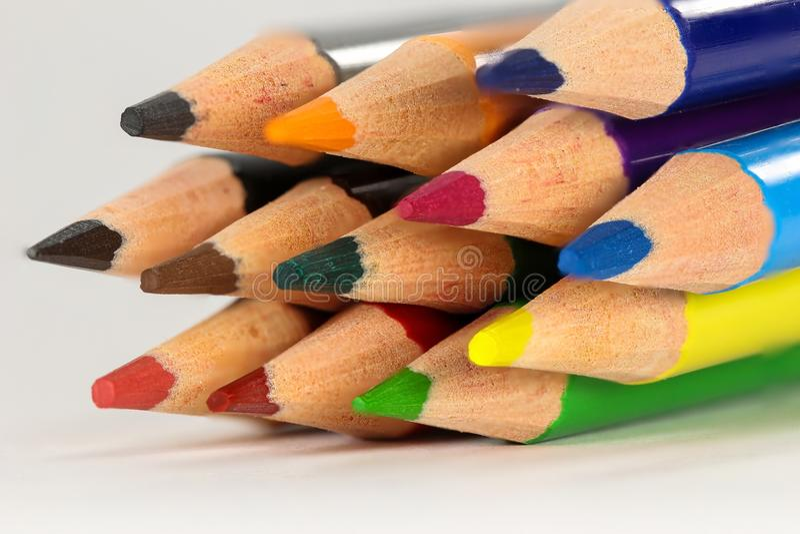 Kulöra blyertspennor i makrocloseup royaltyfri fotografi