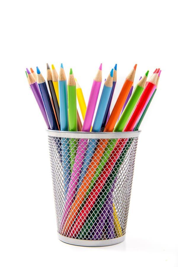 Kulöra blyertspennor i skrivbords- hållare arkivbild