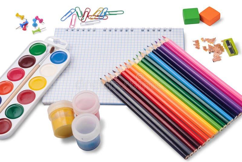 Kulöra blyertspennor, notepad och skolatillbehör arkivbild