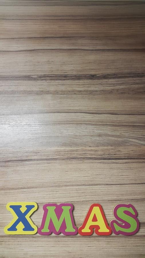 kulöra bokstäver bildar ordXmasen på träbakgrund royaltyfria bilder