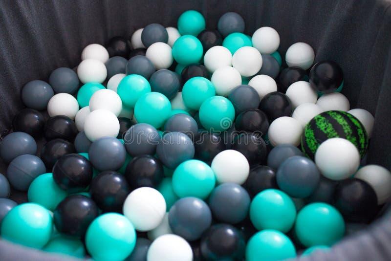 Kulöra bollar för pölen och underhållning med barn bollar för ett parti, händelseorganisation royaltyfri fotografi