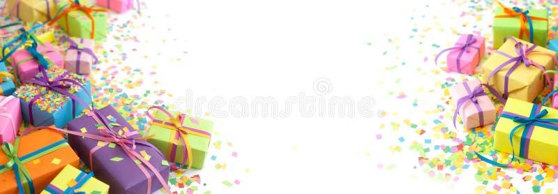 Kulöra gåvaaskar med färgrika band Vit bakgrund long royaltyfri bild