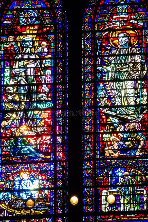 Kulöra glass röda blått för färgrika kyrkliga fönster royaltyfri bild