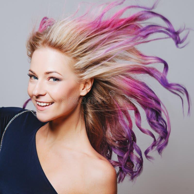 Kulöra hår Stående av att le kvinnor med flyghår Ombre lutning arkivfoton