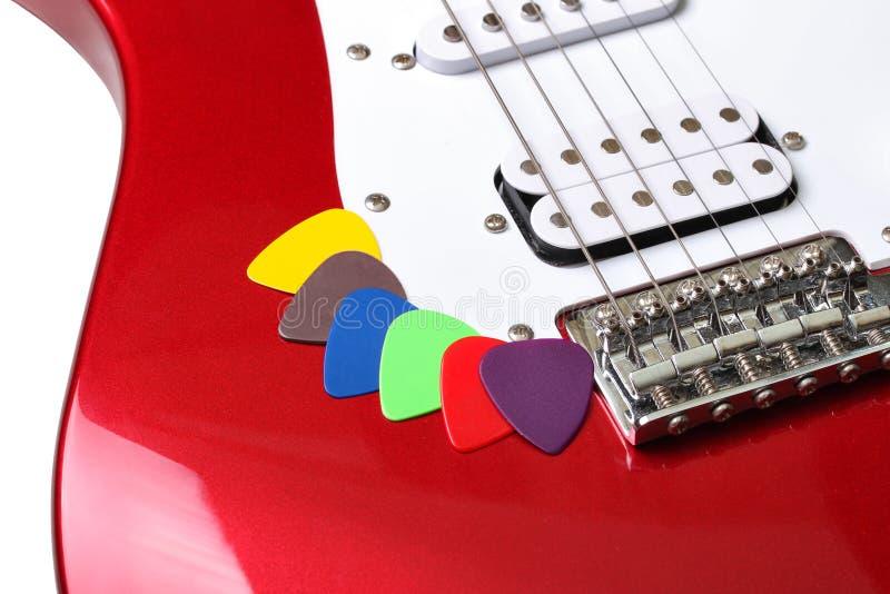 Kulöra hackor på en gitarr arkivfoto