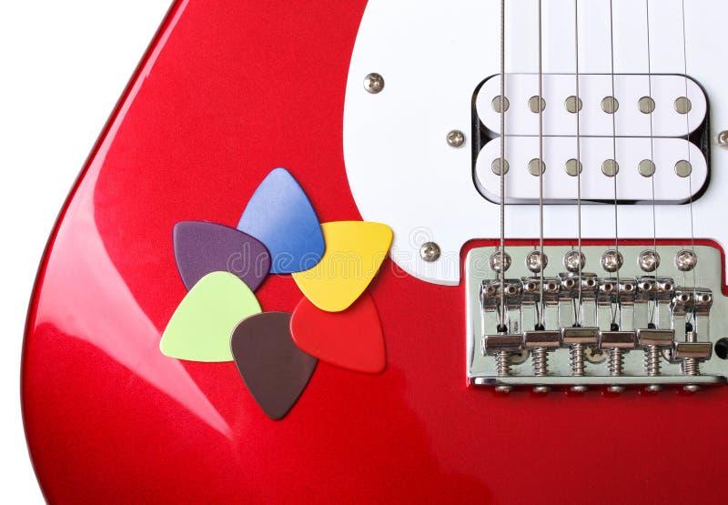 Kulöra hackor på en gitarr fotografering för bildbyråer