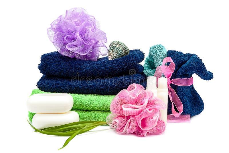 Kulöra handdukar, tvättlappar, schampo och tvål arkivbilder
