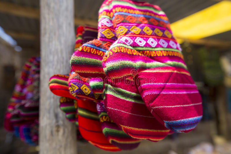 Kulöra handskar från Bolivia den etniska marknaden royaltyfri fotografi