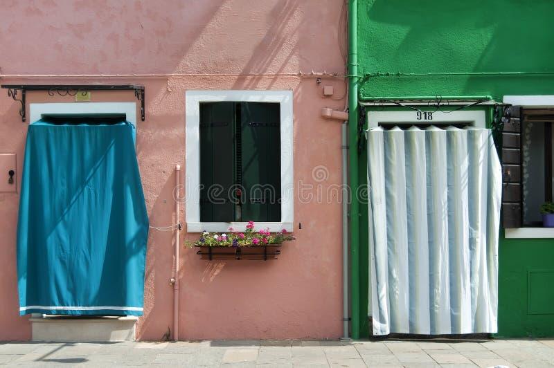 Kulöra hus av Burano royaltyfria foton