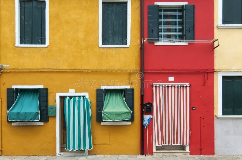Kulöra hus av Burano royaltyfria bilder