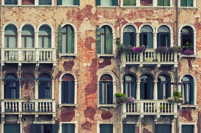 Kulöra hus av Burano royaltyfri foto
