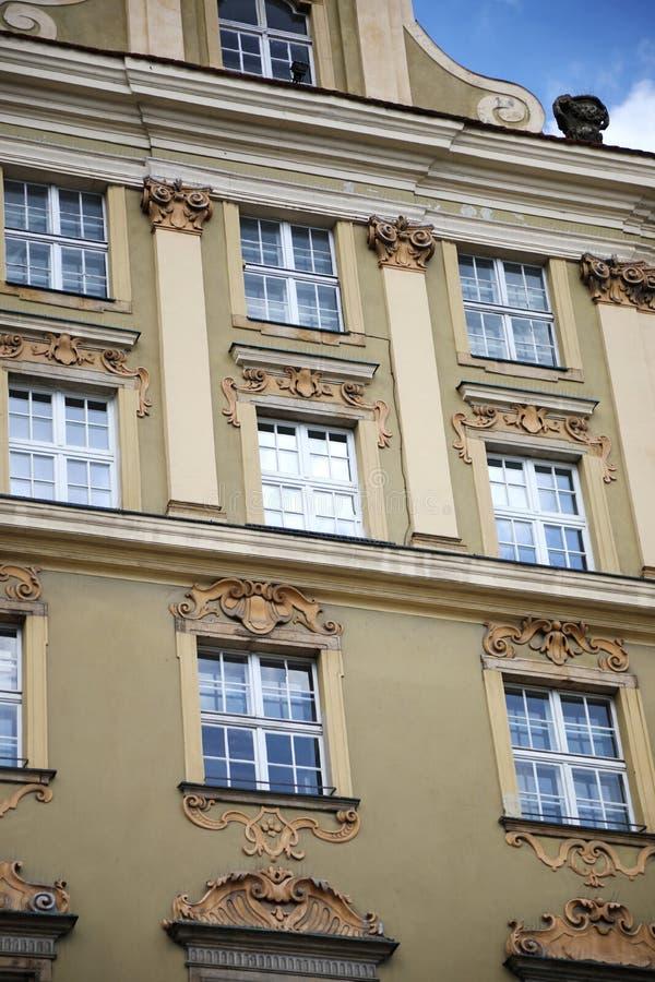 Kulöra hus på den centrala fyrkanten av Wroclaw royaltyfria foton