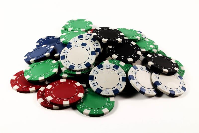 Kulöra isolerade pokerchiper royaltyfri fotografi