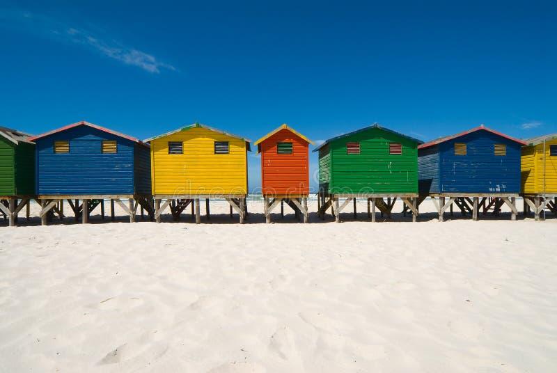 kulöra kojor för strand arkivfoto