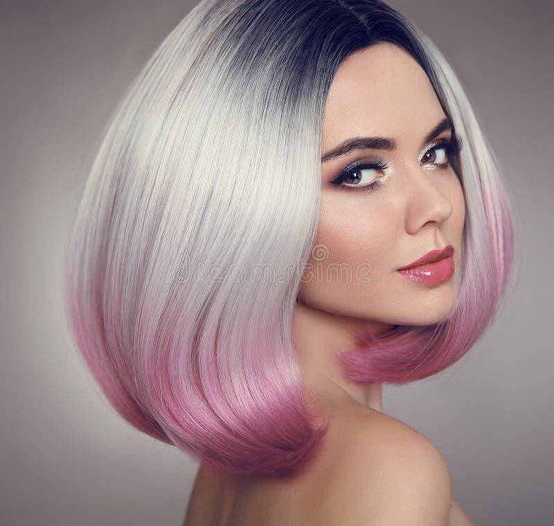 Kulöra Ombre guppar hårförlängningar Det purpurfärgade sminket och färgrikt ljust spikar Attraktiv ändring royaltyfri bild