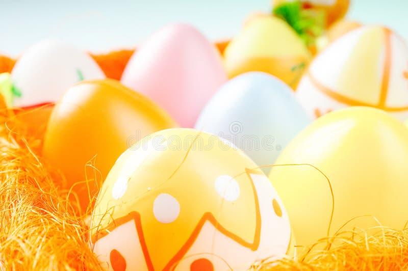 kulöra pastellfärgade easter ägg arkivbilder