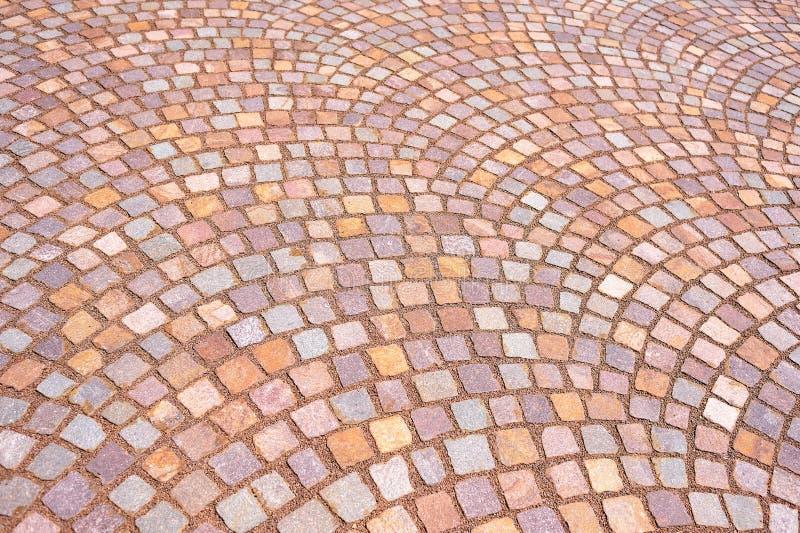 Kulöra pavers för mosaik av små stenar royaltyfria bilder
