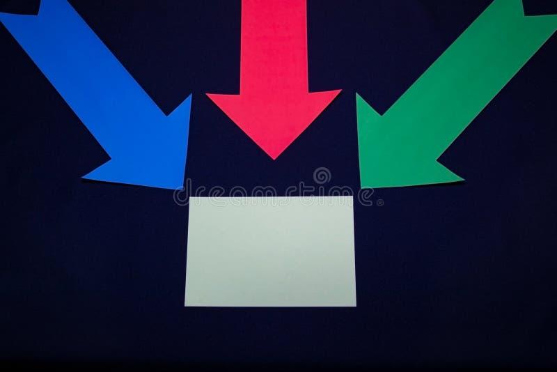 Kulöra pilar med den pappers- klistermärken för textspase på mörker - blå bakgrund royaltyfria bilder