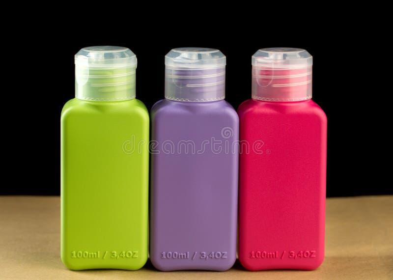 Kulöra plast-flaskor arkivfoton