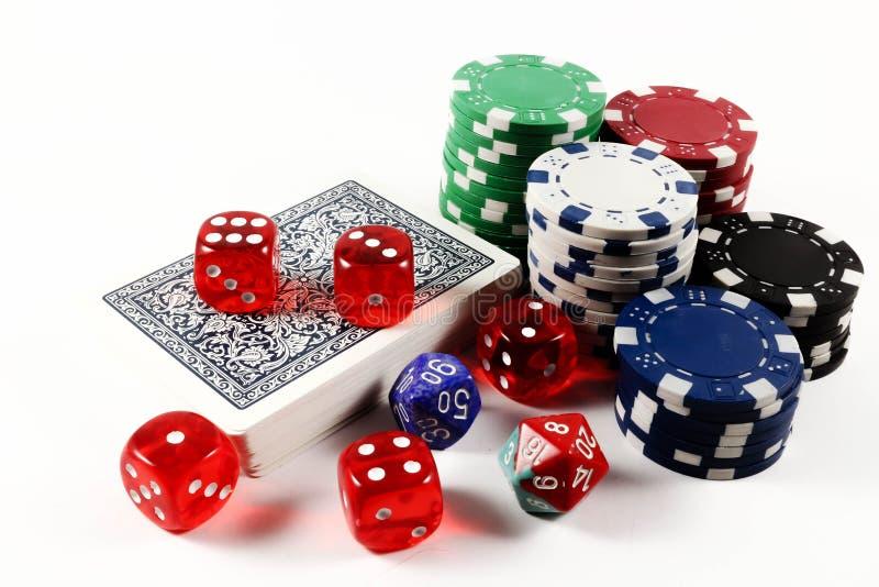 Kulöra pokerchiper, kortdäcket och tärnar isolerat royaltyfria bilder