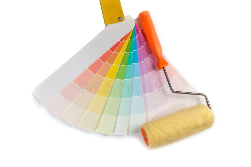 Kulöra provkartor för väljer målarfärgprövkopian och målarfärgrullen på den vita bakgrunden royaltyfri fotografi