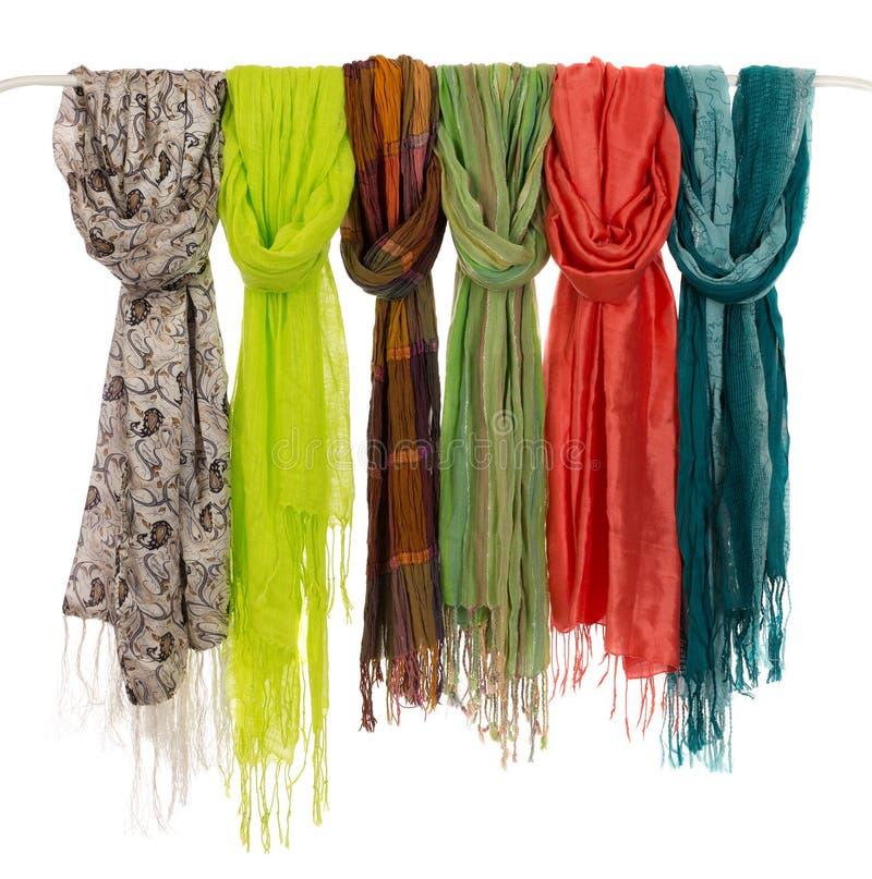Kulöra scarves på en hängare royaltyfria bilder