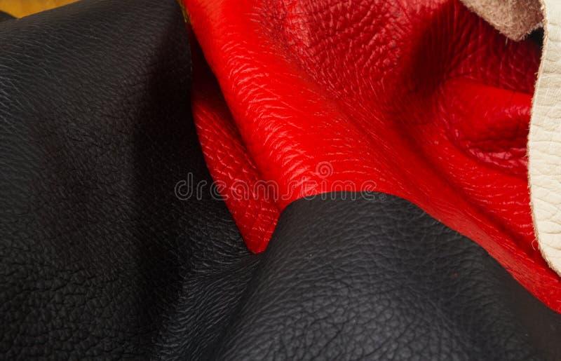 kulöra stycken och rester av naturligt läder fotografering för bildbyråer