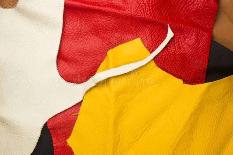 kulöra stycken och rester av naturligt läder arkivfoton