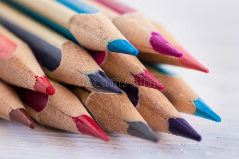 Kul?ra tr?blyertspennor p? en vit tr?tabell Makro close upp Slapp fokus royaltyfri fotografi