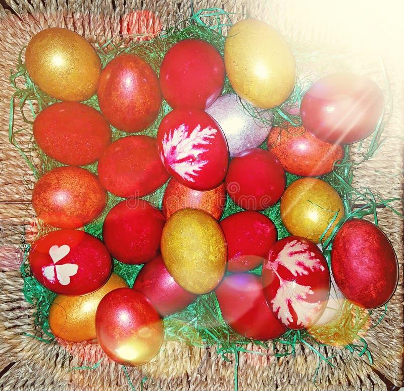 Kulöra traditionella målade easter ägg i en brun korg royaltyfri foto